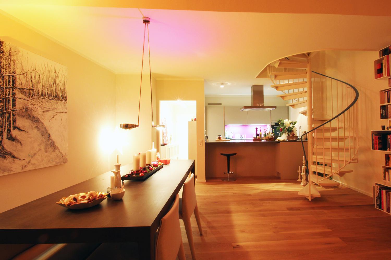 Küche und Wohnbereich einer von Wohnwert Innenarchitektur sanierten Maisonettewohnung