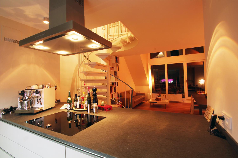 Küche mit Arbeitsplatte aus Balstina in einer von Wohnwert renovierten Maisonette Wohnung