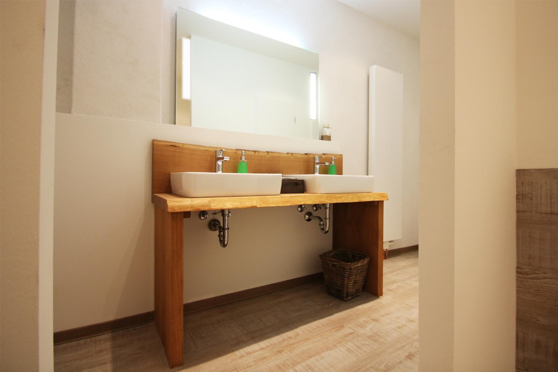 Der Waschtisch in der Herrentoilette nach der Sanierung durch Wohnwert Innenarchitektur