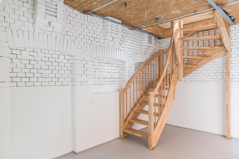 Das Kutscherhaus der sanierten Villa Viktoria mit neuer Treppe
