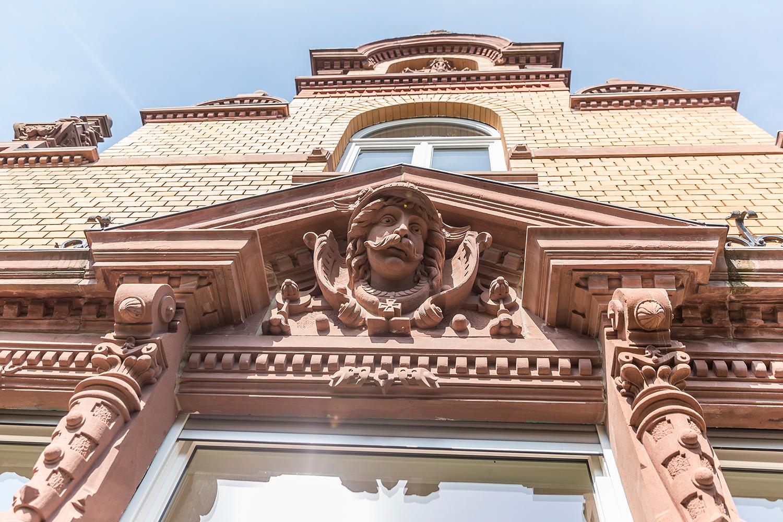 Detail der Sandstein Fassade der von Wohnwert sanierten Villa Viktoria