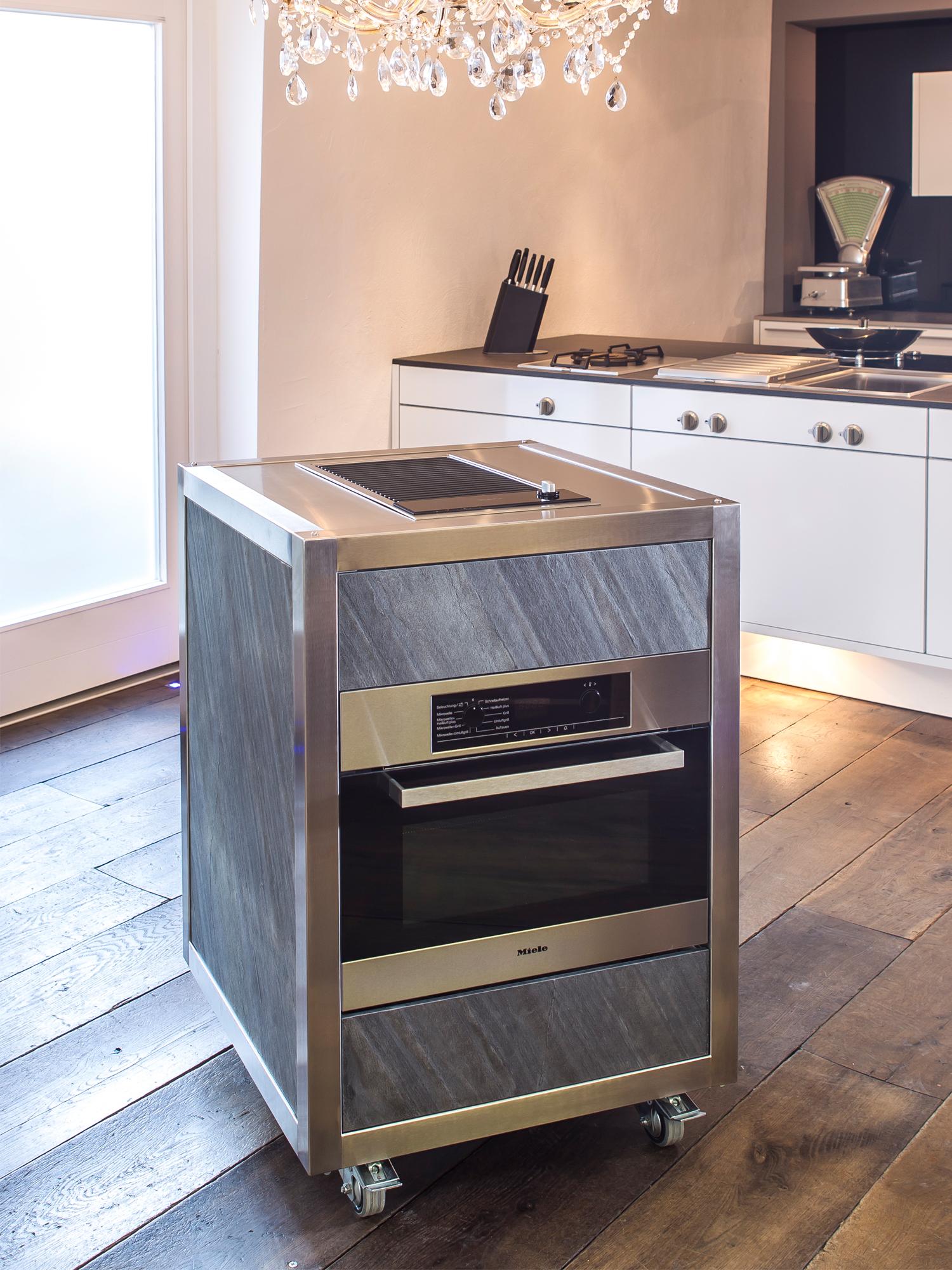 Die mobile Küche Neoculina in Stein mit Grill und Backofen entworfen von Wohnwert