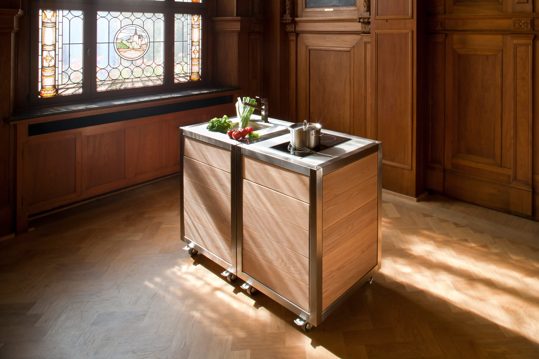 Die mobile Küche Neoculina in Eiche entworfen von Innenarchitektin Claudia Musch