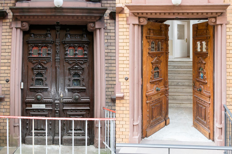 Das Portal der sanierten Villa Viktoria vor und nach der Sanierung