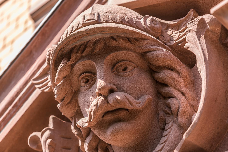 Nahaufnahme Fassade Sandstein Figur Hermes der sanierten Villa Viktoria