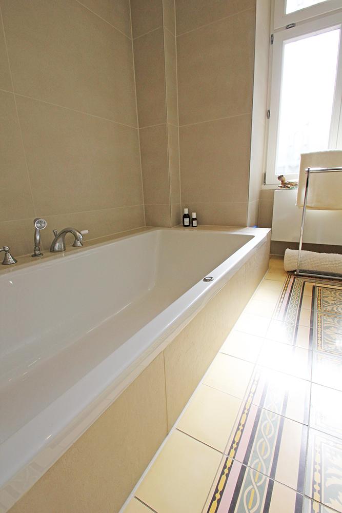 Ansicht der Badewanne eines von Wohnwert modernisierten Badezimmers