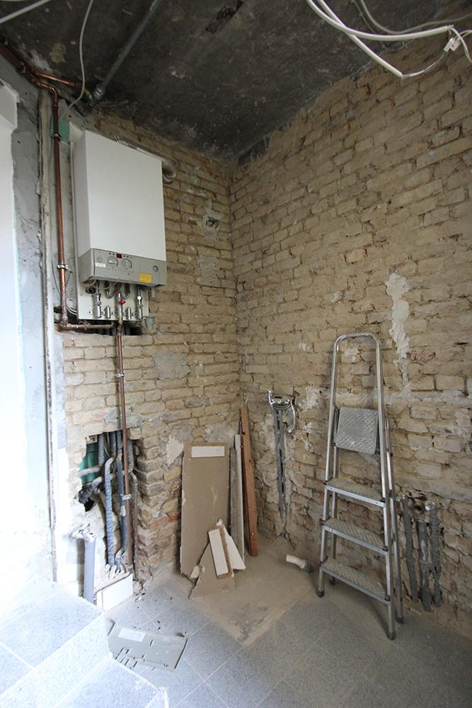 Das Bad einer Praxis vor der Renovierung durch Wohnwert Innenarchitektur