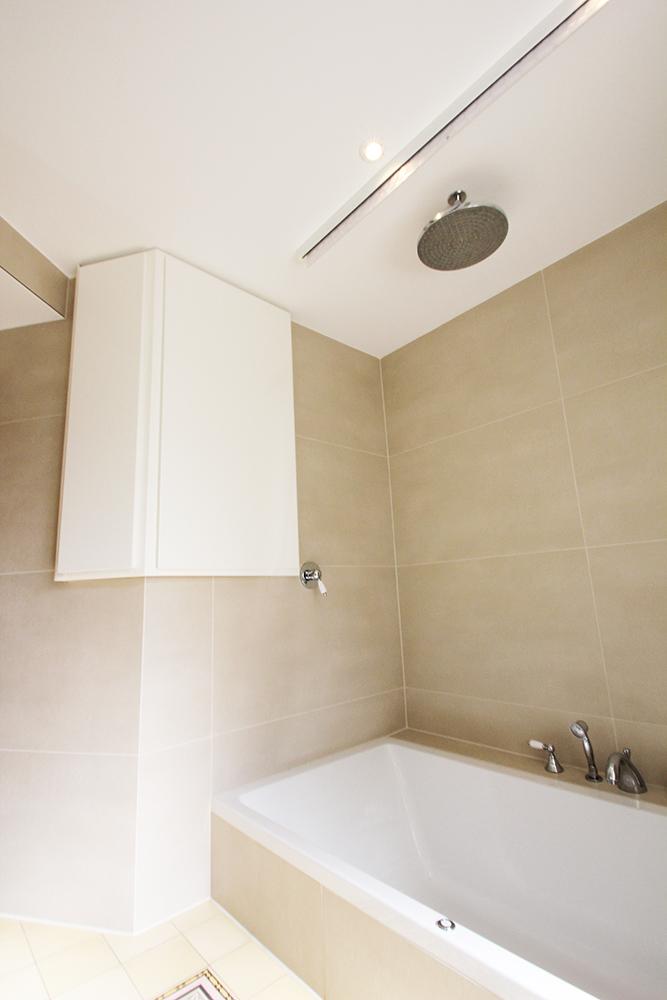 Das Bad mit Regendusche nach der Renovierung durch Wohnwert Innenarchitektur