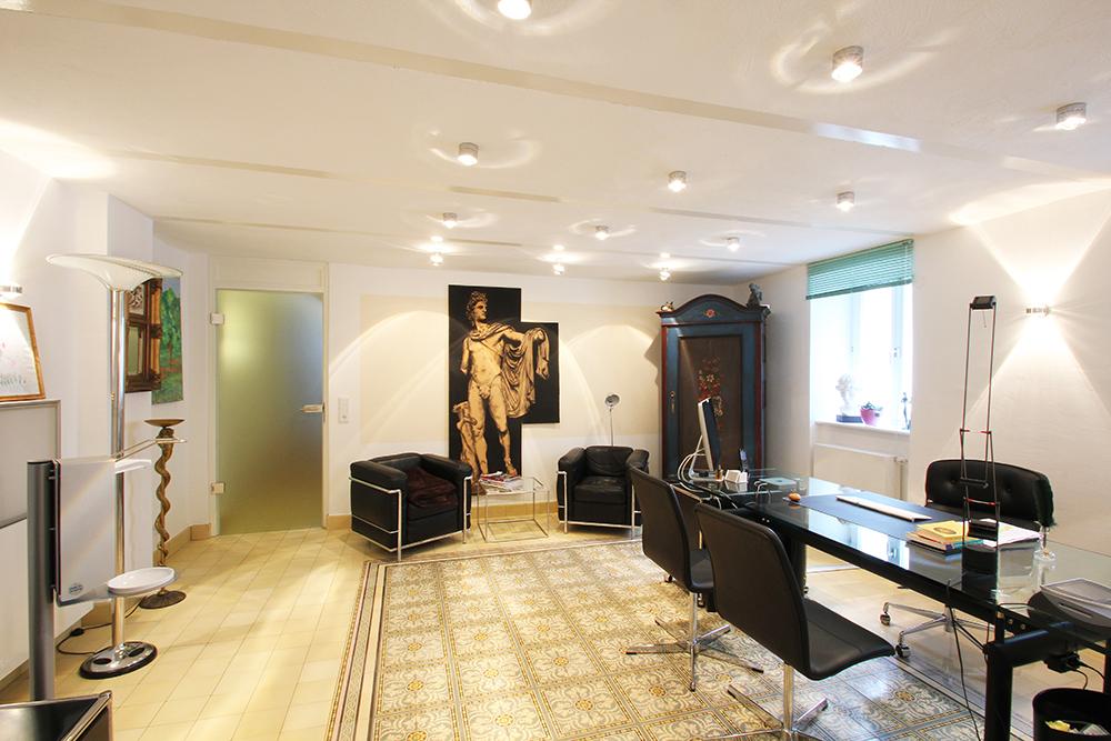 Moderne Möbel und historische Fliesen in einer von Wohnwert sanierten Arztpraxis